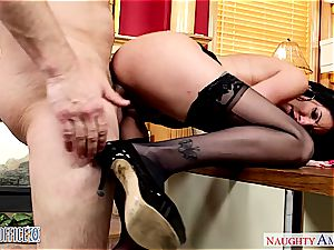 Darling Dava Foxx opens her gams for a supreme labia slurping