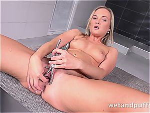 Czech darling Vinna Reed plays with her vagina