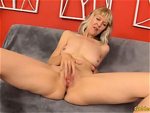 Mature frigs Her poon and Receives a romping